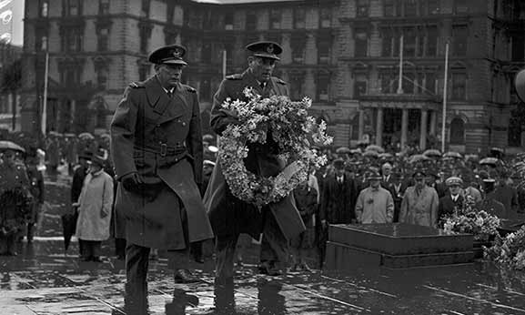 RNZAF Chief of Air Staff Air Vice-Marshal Leonard Isitt (left) laying a wreath at the Wellington Cenotaph about 1944. Image credit: ©RNZAF Official PR2968